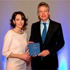 Sandra Phlippen reikte het boek uit aan de secretaris-generaal van Economische Zaken Maarten Camps.